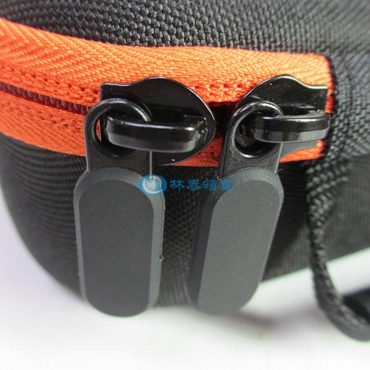 (非标准小号)外黑里橙 EVA相机包拉牌细节